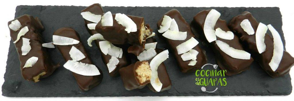 barritas de coco bañadas en chocolate